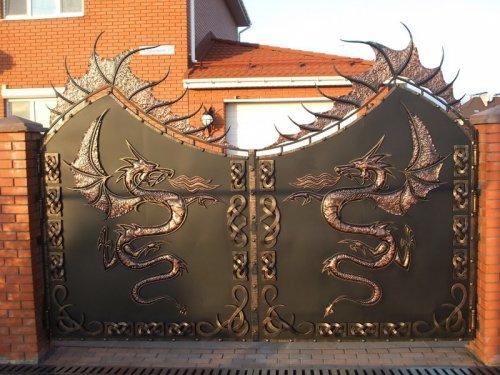 Оригинальные и красивые калитки и ворота (26 фото)