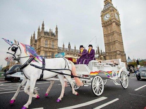 По Лондону можно проехаться на единороге (7 фото)