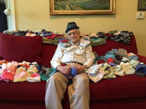 86-летний пенсионер научился пользоваться спицами, чтобы вязать шапочки для недоношенных детей (3 фото)