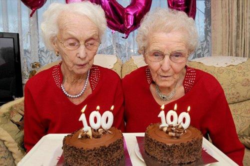 Сёстры-близнецы, отпраздновавшие 100-й день рождения, раскрывают секрет своего долголетия (9 фото)