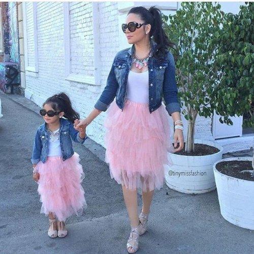 Красавицы мамы и дочки в одинаковой одёжке (21 фото)