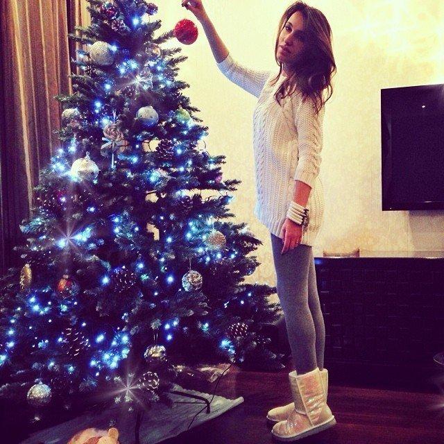 Фото девушки наряжают елку