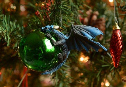 Оригинальные ёлочные украшения с дракончиками (7 фото)