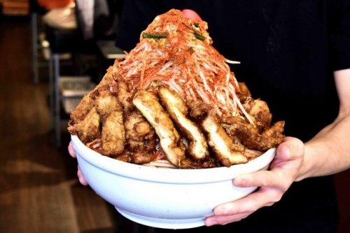 Токийский ресторан заплатит $438 тому, кто съест эту огромную порцию рамэна за 20 минут (3 фото)
