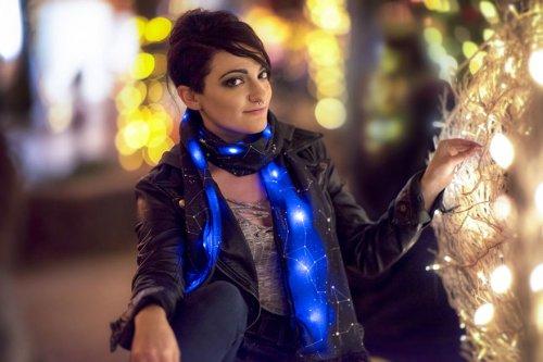 Оригинальные шарфики со светящимися созвездиями (7 фото)