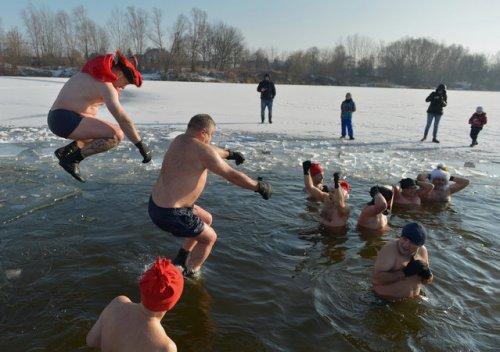 Пловцы начинают Новый год с Ледяных Нырков (50 фото)