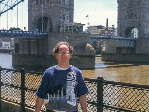 Парень вяжет свитера с изображением мест, которые посещает (15 фото)