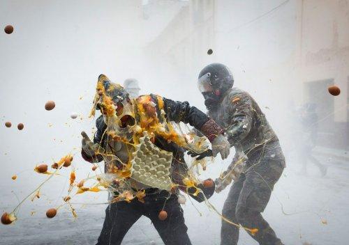 Летающие яйца и мука на ежегодной шуточной битве в Испании