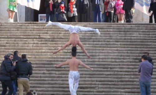 Наибольшее количество ступенек, преодолённых с балансирующим на голове человеком