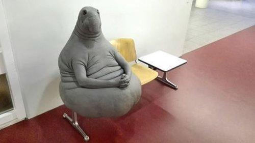 """Скульптура голландской художницы """"Ждун"""" стала героем Интернет-шуток (11 фото)"""