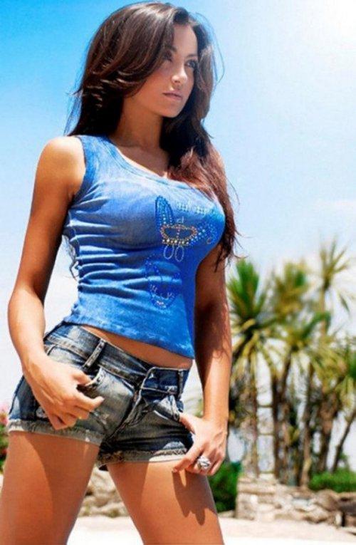 Соблазнительные девушки в шортиках (26 фото)