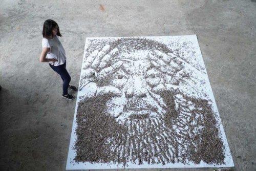 Художница создала детализированный портрет из 20 000 семян подсолнухов