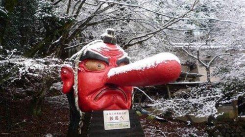 """Японцы """"вылечили"""" тэнгу, которому из-за снегопада оторвало нос (3 фото)"""