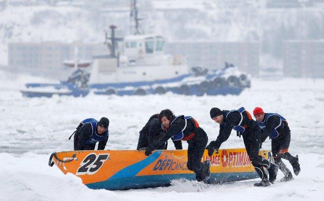 Странные гонки на байдарках в холодной воде среди льда