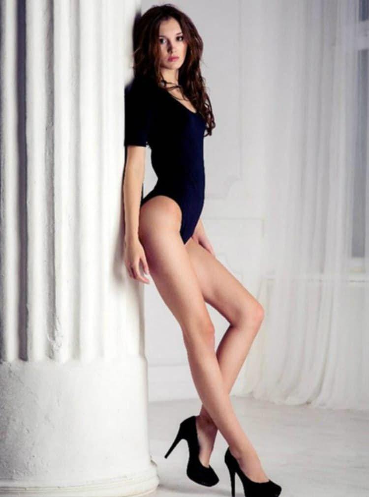 модели женщины с длинными ногами