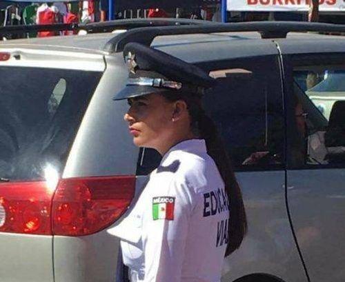 Мексиканский регулировщик движения, создающий пробки на дороге (8 фото)