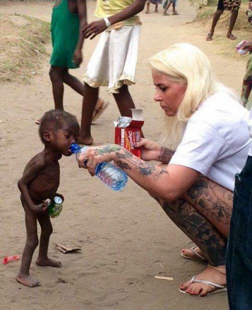 Год назад этот мальчик был брошен умирать от голода, а уже сегодня впервые идет в школу