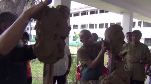 Два художника-скульптора лепят друг друга