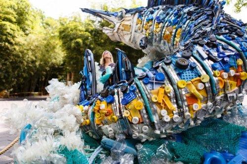 Скульптуры животных из пластикового мусора (14 фото)