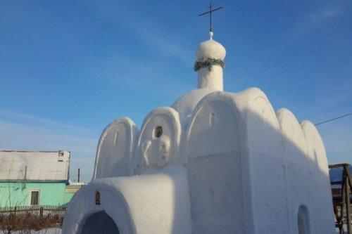 Россиянин в одиночку построил снежную церковь в сибирской деревне, где не было ни одного храма
