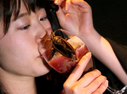 В честь Дня святого Валентина японцы едят сладости с насекомыми