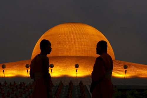 Праздник Макха Буча в таиландском буддийском храме Ват Пхра Дхаммакая (12 фото)