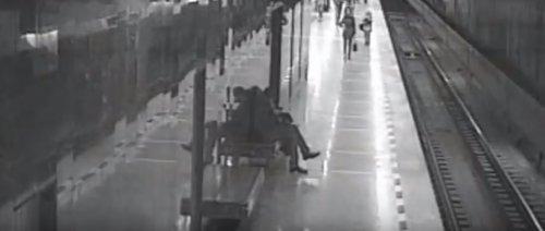 В Екатеринбургском метро неизвестный мужчина спас упавшего на рельсы ребёнка