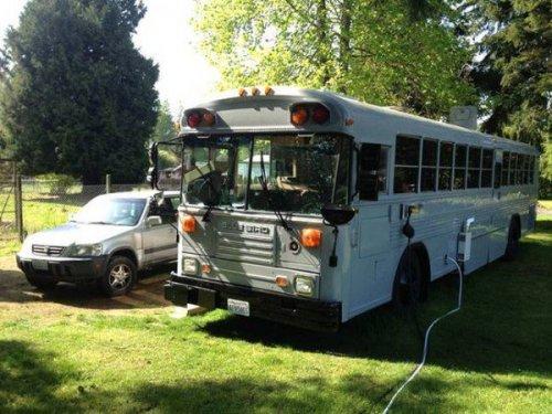Семья с 3 детьми переехала в старый автобус, потому что снимать квартиру слишком дорого