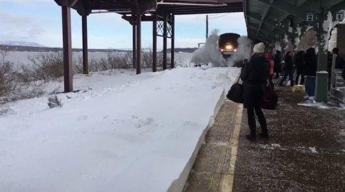 Впечатляющее прибытие поезда на заснеженный вокзал