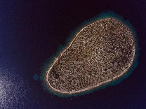 В Хорватии есть остров, который похож на гигантский отпечаток пальца (6 фото)