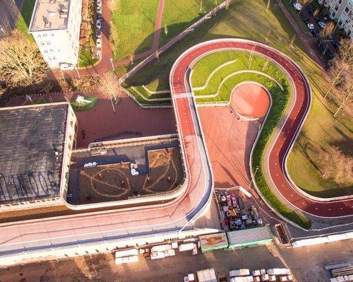 Велосипедный мост в Утрехте, проходящий по крыше здания (6 фото)
