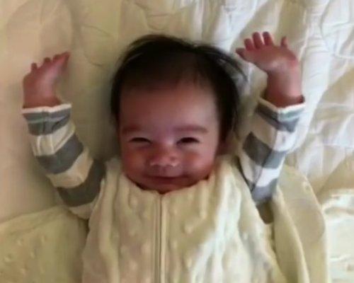 Очаровательное пробуждение 5-месячного малыша, покорившее Интернет