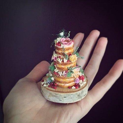 Художница создаёт крошечные торты, которые помещаются на ладони (16 фото)