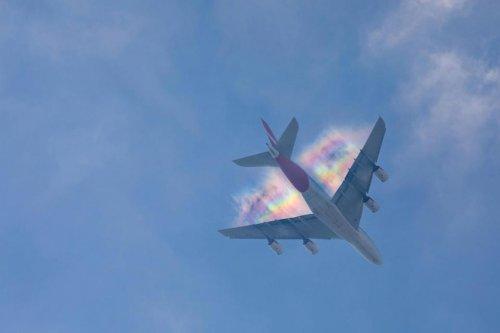 Редкое явление: радужный след от самолёта (4 фото)