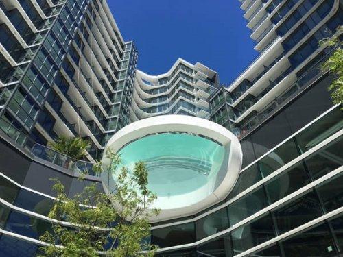 Потрясающие бассейны со стеклянным дном (9 фото)