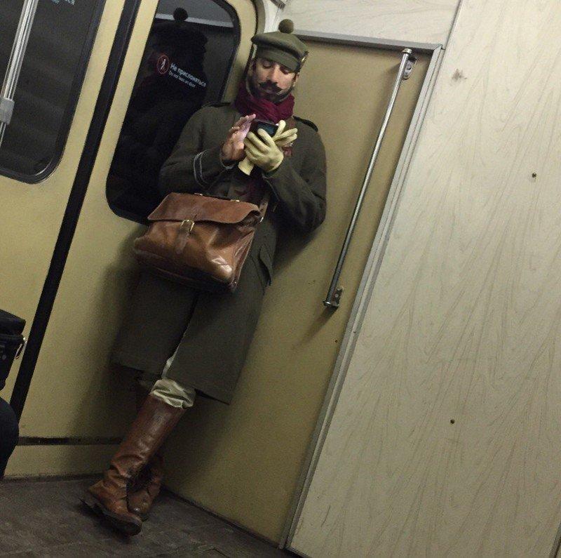 слову, есть модники в метро приколы фото лучше всего держать