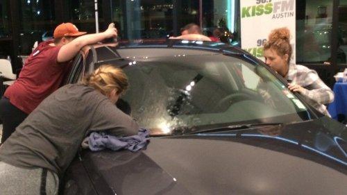 Женщина целовала новый автомобиль в течение 50 часов, чтобы стать его обладательницей (4 фото + видео)
