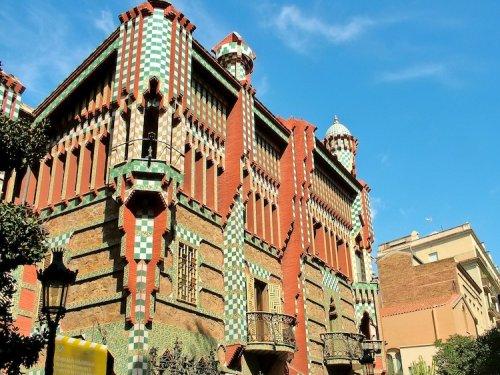 В Барселоне в качестве музея откроется первый дом, построенный знаменитым Антонио Гауди (6 фото)