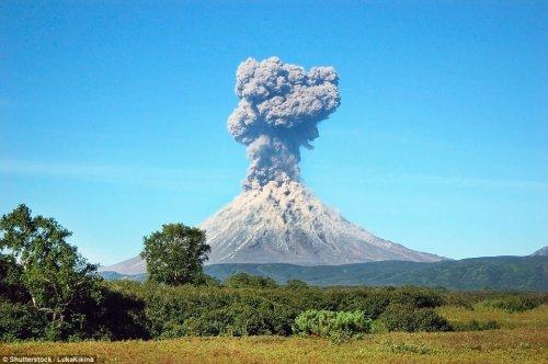 Зрелищные извержения вулканов в разных уголках мира (15 фото)