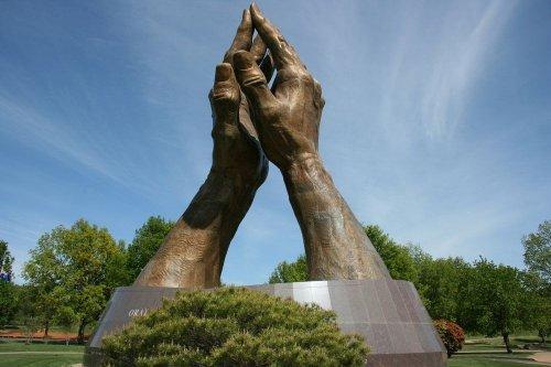 Гигантские скульптуры рук по всему миру (14 фото)