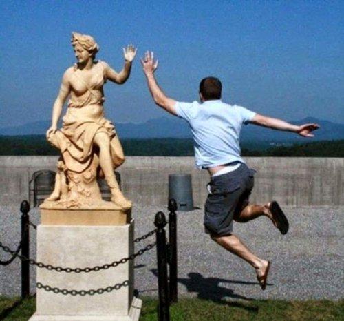 Прикольные фотографии с памятниками (14 фото)