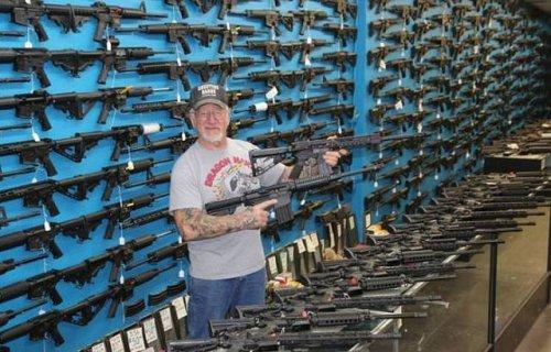 Самый вооружённый человек в США продолжает пополнять свою коллекцию оружия (10 фото)
