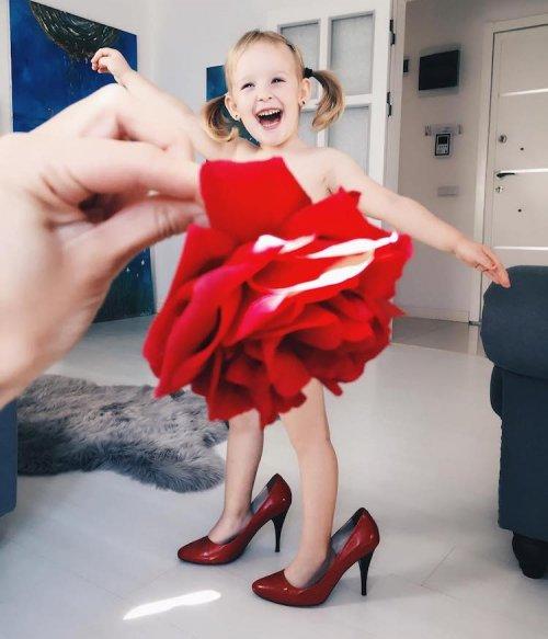 Мама-художница фотографирует 3-летнюю дочку в оригинальных нарядах (16 фото)