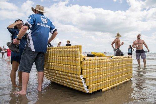 В Австралии состоялась регата с участием лодок, сделанных из пивных банок (10 фото)