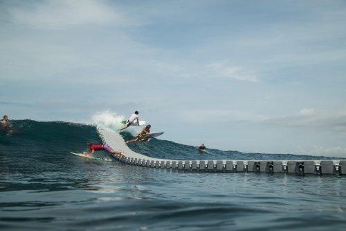 Грести больше не нужно: сёрфингистам установили док, с которого можно спрыгивать на волну (13 фото + видео)