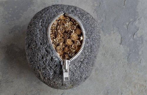 Речные камни-мешочки с неожиданным содержимым внутри от художника Хиротоси Ито (12 фото)