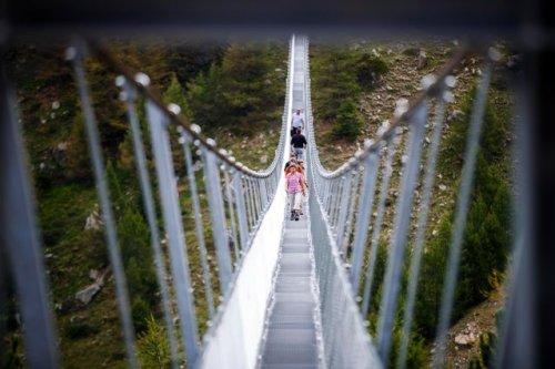 В Швейцарии построили самый длинный пешеходный подвесной мост в мире (6 фото)