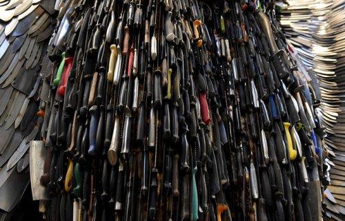 Скульптура ангела из 100 тысяч ножей (9 фото)