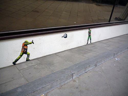 Крошечные мусорщики на улицах Брюсселя в рисунках граффити-художника Jaune (15 фото)
