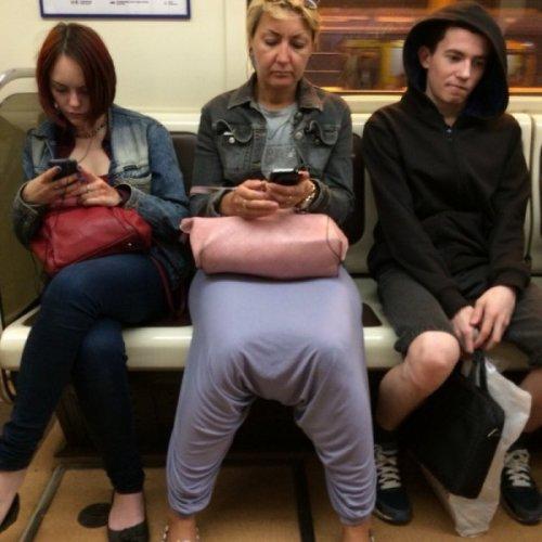 Модники и модницы в метро (17 фото)